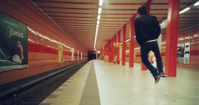 Guy_Jumping_Berlin_U-Bahnhof_James_Evans