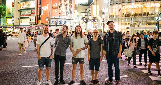 Smile and Burn in Tokio (noch nüchtern) - © Max Threlfall (wahrscheinlich auch noch nüchtern)