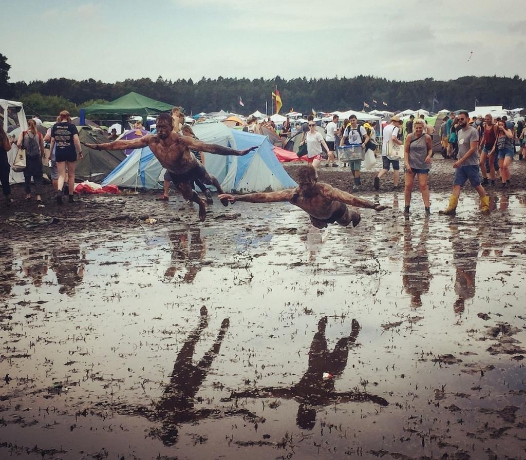hurricane-festival-2016-freitag-besucher-springen-matsch
